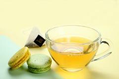Tadelloser Tee und eine Makrone stockfotografie