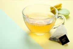 Tadelloser Tee und eine Makrone lizenzfreie stockfotos