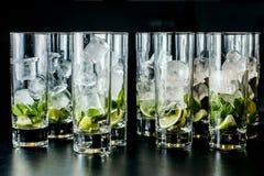 Tadelloses Eis und Kalk in den Gläsern Stockfoto