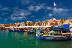 Taditional eyed barcos Luzzu em Marsaxlokk, Malta foto de stock