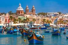 Taditional eyed barcos Luzzu em Marsaxlokk, Malta imagens de stock royalty free
