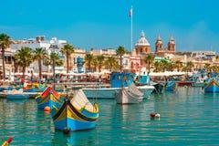 Taditional observó los barcos Luzzu en Marsaxlokk, Malta foto de archivo