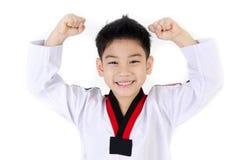 Taekwondo handling av en asiatisk gullig pojke Arkivfoto