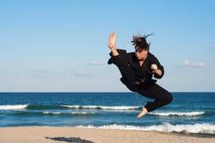 Taekwondo Kick på stranden Arkivfoton