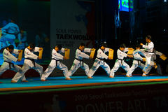 Taekwondo que golpea con el pie rompiendo a tarjetas de madera de la fila Fotografía de archivo libre de regalías