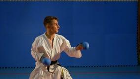 Taekwondo utbildning för konkurrens på idrottshallen stock video