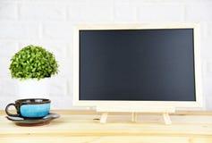 Tafel auf dem Schreibtisch stockbild