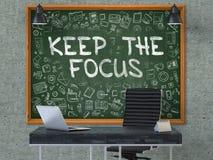 Tafel auf der Büro-Wand mit halten das Fokus-Konzept 3d Stockfotografie