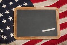 Tafel auf einer amerikanischen Flagge Stockfotos