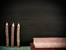 Tafel, Bücher und Bleistifte mit freiem Raum für Text sele Stockbild