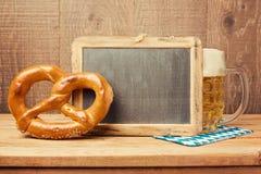Tafel-, Brezel- und Bierglas für Oktoberfest-Feier Lizenzfreie Stockfotos