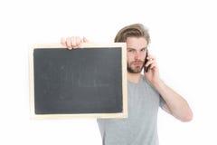 Tafel in der Hand des Mannes mit Handy Lizenzfreie Stockbilder