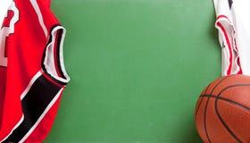 Tafel des Basketball-Trainers mit Jerseys Stockfotografie