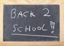 Tafel in einem hellen Holzrahmen, der zurück zu Schule sagt Lizenzfreies Stockfoto