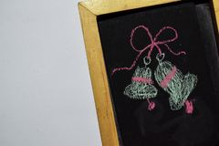 Tafel im Holzrahmen auf weißem Hintergrund mit Handgezogenem Gekritzel-Weihnachten Bell stockfotos