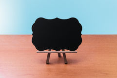Tafel leer auf Holztisch Stockfotografie