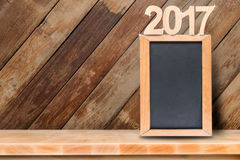 Tafel mit auf Holztisch mit hölzernem Hintergrund 2017 Stockbild
