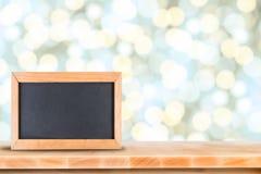 Tafel mit auf Holztisch mit unscharfem bokeh Hintergrund Stockbilder