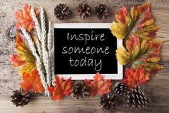 Tafel mit Autumn Decoration, Zitat spornen jemand heute an lizenzfreie stockfotos