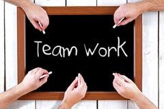 Tafel mit den Händen, die Teamwork-Meldung schreiben Lizenzfreie Stockfotografie