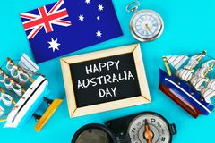 Tafel mit der Aufschrift: Glücklicher Tag von Australien umgab durch Shipwrights, einen Kompass, eine Uhr und eine australische F Lizenzfreie Stockfotografie