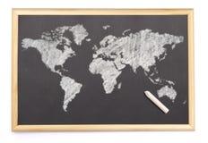 Tafel mit einer Kreide und die Karte der Welt gezeichnet auf (Se Lizenzfreies Stockbild