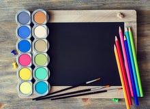 Tafel mit farbigen Bleistiften, Palette, Aquarell für das Malen Lizenzfreie Stockfotografie