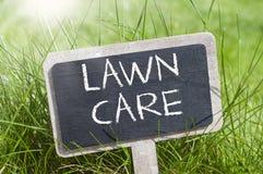 Tafel mit Gartengeräten und Rasenpflege stockbilder