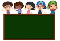 Tafel mit glücklichen Kindern im Hintergrund Stockbilder