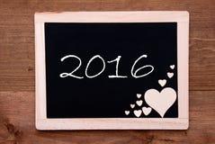 Tafel mit hölzernen Herzen, Text 2016 Stockbild