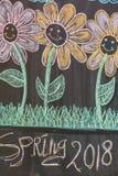 Tafel mit Kinderzeichnung colorfull glücklichen Blumen mit dem Textfrühling 2018 Lizenzfreies Stockbild