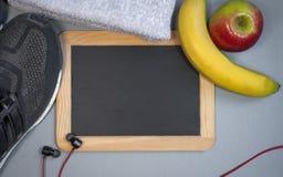Tafel mit Sportschuhe, -kopfhörer und -früchte nordischem Gehen stockfotos
