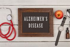 Tafel mit Text u. x22; Alzheimer& x27; s-disease& x22; , Uhr und Stethoskop Lizenzfreie Stockfotografie