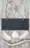 Tafel mit trockener Niederlassung und Muscheln auf altem Holz Lizenzfreies Stockfoto
