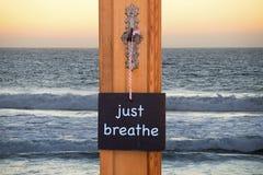 Tafel mit Wörtern atmen gerade vor Ozean lizenzfreie stockbilder