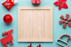 Tafel mit Weihnachtsdekorationen auf hölzernem Hintergrund Ansicht von oben Stockfoto