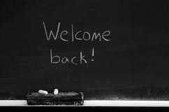 Tafel mit Willkommen zurück kennzeichnen stockfotografie