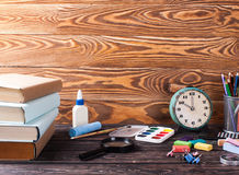 Tafel- und Bürowerkzeuge auf hölzerner Tabelle Lizenzfreie Stockfotos