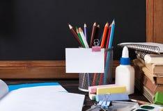 Tafel- und Bürowerkzeuge auf hölzerner Tabelle Stockfotografie