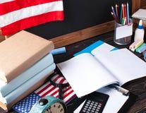 Tafel- und Bürowerkzeuge auf hölzerner Tabelle Stockbilder