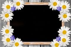 Tafel und Blumen backgound mit Kopienraum Stockfoto