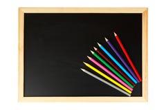 Tafel und mehrfarbige Bleistifte Lizenzfreies Stockfoto