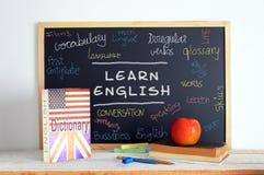 Tafel und Schulmaterial in einer Englischstunde Stockfoto