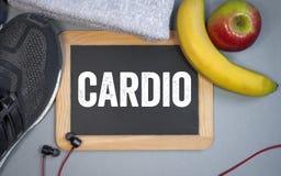 Tafel und Sportausrüstung mit Herztraining stockfoto