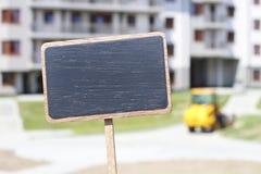 Tafelaufkleber und ein Wohngebäude im Hintergrund Lizenzfreie Stockfotos