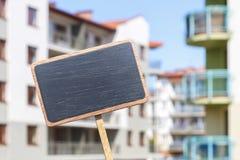 Tafelaufkleber und ein Wohngebäude im Hintergrund Lizenzfreies Stockbild