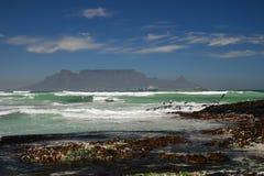 Tafelberg, der aus dem Atlantik heraus heranwächst lizenzfreie stockfotos