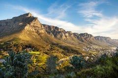 Tafelberg und die zwölf Apostel an der Dämmerung vom Kopf des Löwes Stockbild