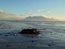 Tafelberg vom großen Bucht-Strand Stockbilder