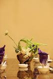 Tafelgeschirr und Dekorationen auf der Tabelle Stockbilder